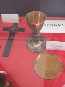 Patena, cáliz y crucifijo de Newman