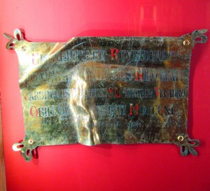 Placa encontrada en la tumba de John Henry Newman.